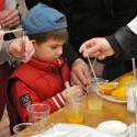 ODB 2012 Warsztaty - chłopiec badający zawartość witaminy C w sokach.